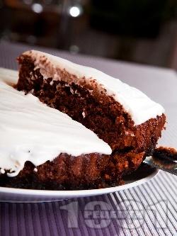 Какаов сладкиш / кекс без яйца, с кисело мляко и сода и компот от праскови, глазура от заквасена сметана и пудра захар - снимка на рецептата